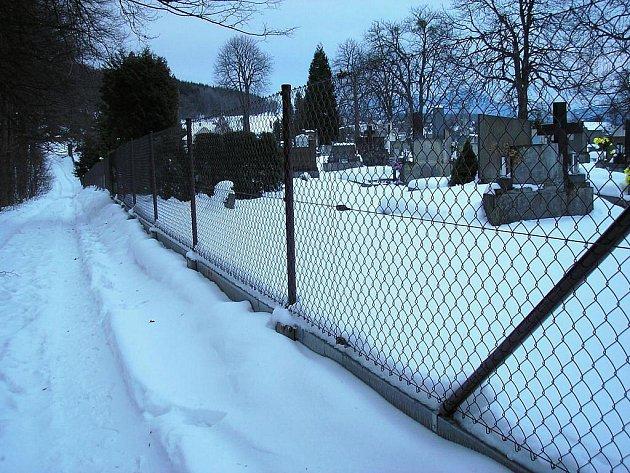 Nový plot na skalickém hřbitově.