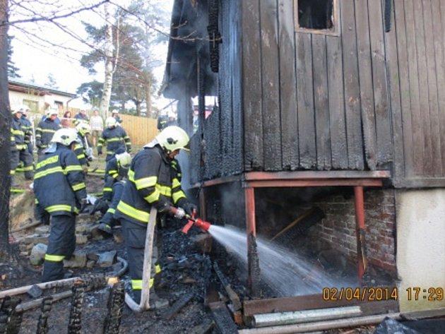 Zásah hasičů u požáru rekreační chatky.