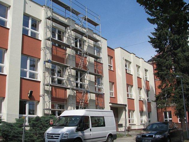 V této budově Základní školy v Paskově ukradl dosud neznámý zloděj přenosný počítač.