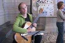 Zahájení Dnů Adry. Dobroslava Čepcová zahrála na kytaru.