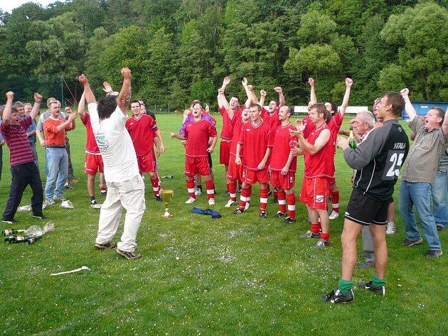 Takto se na konci minulé sezony radovali fotbalisté Lískovce z vítězství v I. A třídě. Od nového soutěžního ročníku tak tento celek okusí boje v krajském přeboru.