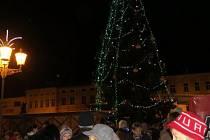 """Náměstí Svobody ve Frýdku-Místku bylo v pátek 29. listopadu zaplněno takřka do posledního místa. Důvodem byla tradiční akce """"Advent ve městě"""", kterou odstartovaly nejen vánoční trhy, ale slavnostně se rozsvítil vánoční strom."""