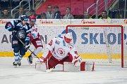 Utkání 45. kola Tipsport extraligy ledního hokeje se odehrálo 30. ledna v liberecké Home Credit areně. Utkaly se celky Bílí Tygři Liberec a HC Oceláři Třinec. Na snímku vlevo Mário Bližňák a vpravo brankář  Šimon Hrubec.