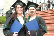 Anastasia (vlevo) s Markétou krátce po slavnostní promoci