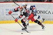 Finále play off hokejové extraligy - 2. zápas: HC Oceláři Třinec vs. HC Kometa Brno, 15. dubna 2018 v Třinci. Kovařčík Michal a Zohorna Hynek.