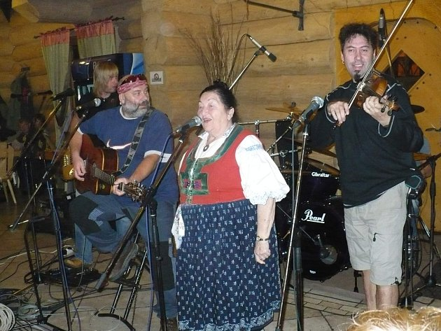 Jarmila Šuláková a kapela Fleret při vystoupení v hotelu Grůň v Mostech u Jablunkova.