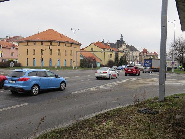 """Křižovatka """"U Vykopnutého"""" ve Frýdku-Místku patří k nejvytíženějším dopravním uzlům ve městě. Ve špičce se na semaforech tvoří dlouhé kolony, což by měl nový obchvat změnit."""