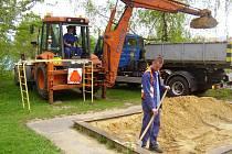 Výměna písku na dětských pískovištích ve Frýdku-Místku potrvá do konce května. Jen ve frýdecké části je 65 pískovišť.