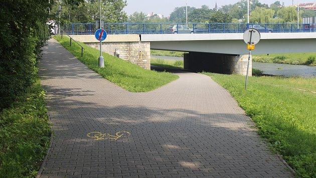 Cyklostezka podél řeky Ostravice je ve Frýdku-Místku oblíbeným místem.