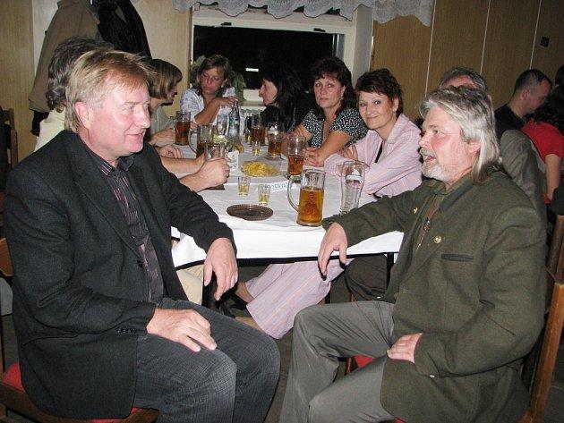 Krmáš v Bruzovicích. Předseda mysliveckého sdružení Jaromír Vrba (vpravo) si povídá se starostou Antonínem Kwaczkem.