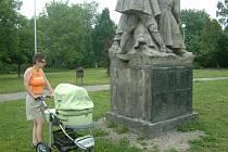 Žena prochází s kočárkem kolem poničeného sousoší v Janáčkově parku ve Frýdku-Místku. Dílo mají s největší pravděpodobností na svědomí bezdomovci.