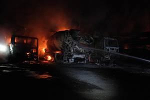 Noční požár pěti domíchávačů betonu ve Staříči.