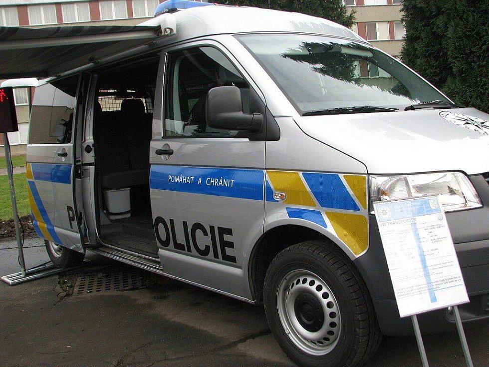 Speciální pořádková jednotka Krajského ředitelství policie Moravskoslezského kraje, která vznikla 1. ledna 2011, se ve středu 19. ledna představila ve svém dočasném sídle – bývalých kasárnách ve Frýdku-Místku.