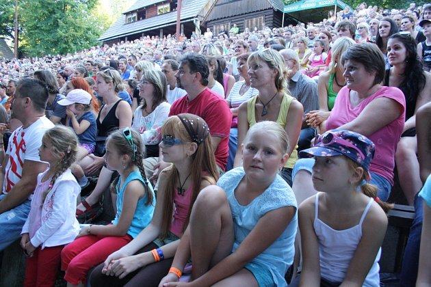 VDolní Lomné měl zlatý slavík Tomáš Klus 1.srpna svou koncertní zastávku a zahrál a zazpíval před více než třemi tisíci svých fanoušků. Předkapelu mu dělali amatérsští muzikanti ze střediska Oáza, což je kulturní zařízení pro lidi smentálním postižením