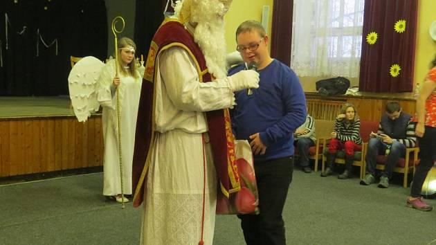 Mikuláš v sobotu dorazil s čertem a andělem za handicapovanými dětmi do Frýdlantu nad Ostravicí.