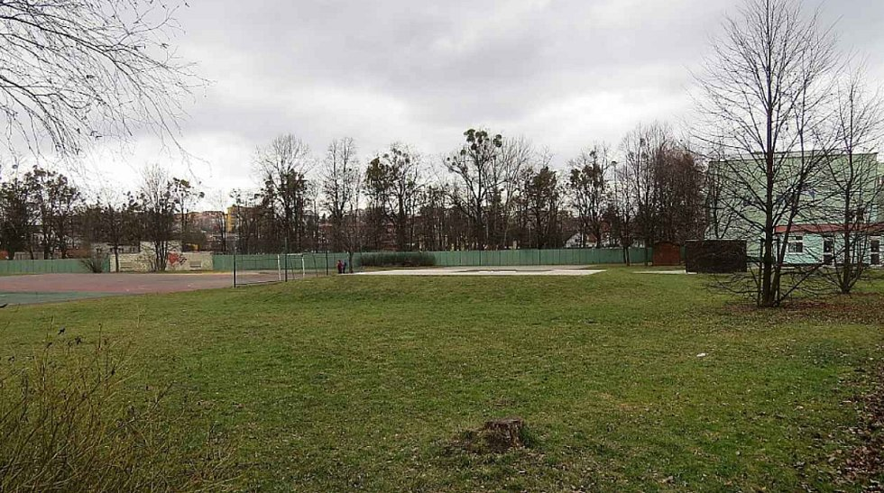 Místo u 11. ZŠ, kde měla vyrůst nová sportovní hala.