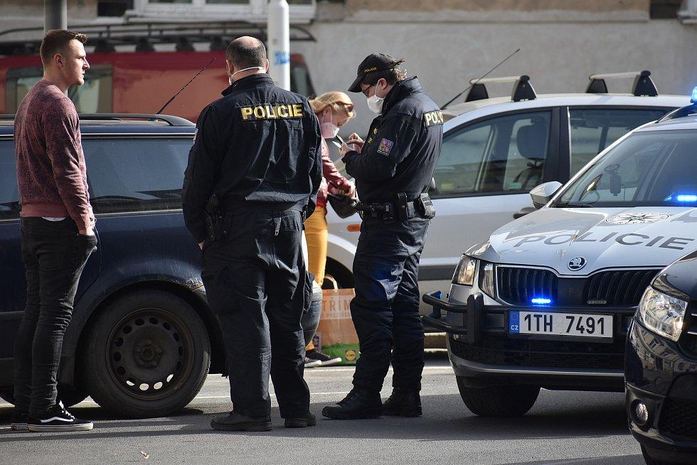 Lidé v ulicích začali nosit respirátory poměrně často. Na dodržování předpisů začaly dohlížet i uniformované složky. Ilustrační snímek je z Krnova, 25. února 2021.