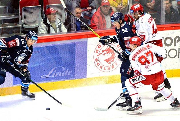Oceláři (vbílém) vdalší repríze posledního finále přehráli doma Liberec 4:3.