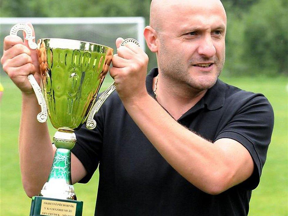 Dobratický trenér Marián Korabík s pohárem určeným pro vítěze okresního přeboru mužů.