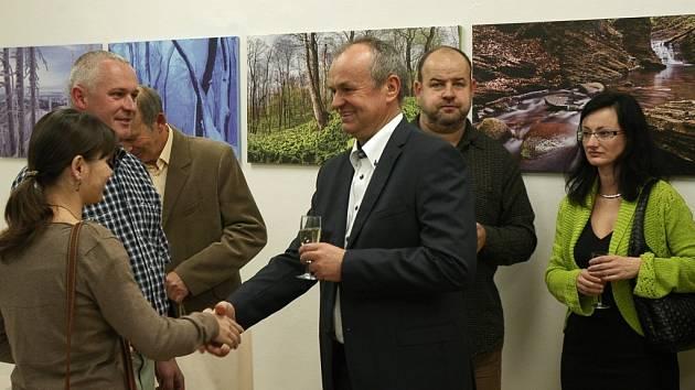 Snímek zachycuje vernisáž výstavy v Muzeu Třineckých železáren a města Třince.