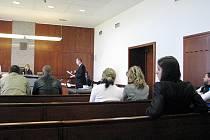 Okresní soud ve Frýdku-Místku ve čtvrtek 16. dubna vynesl rozsudky nad jednácti bývalými policisty, kteří se obohacovali u silničních kontrol. Soudce jednoho z nich poslal za mříže, ostatním uložil podmíněné a peněžité tresty.
