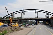 Stavba mimoúrovňové křižovatky v polovině srpna.