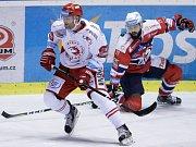 Hokejové utkání Tipsport extraligy v ledním hokeji mezi HC Dynamo Pardubice (červenobílém) a HC Oceláři Třinec (v bíločerveném).