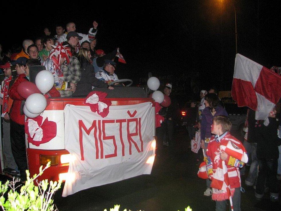 Hokejoví fanoušci Třince vyrazili po skončení zápasu s Vítkovicemi slavit mistrovský titul.