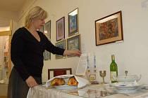 Pracovnice třineckého Eva Wantuluková hovoří o svátečně prostřeném židovském stole.