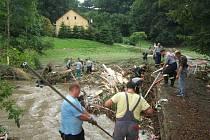 Dobrovolní hasiči z Brušperku zasahovali při letošních povodních v Životicích na Novojičínsku.