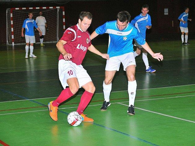 Futsalisté Třince nezdolali svého soupeře z Pardubic ani v odvetném utkání. Na snímku z domácího zápasu se snaží Josef Cieslar (v tmavém) uniknout pardubickému Jeřábkovi.