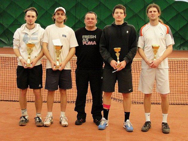 Finalisté čtyřhry. Zleva stojí Daniel Vala, Jan Lošťák, Jiří Vykoukal (ředitel turnaje), Kristián Pospíšil a Pavel Šnobel.