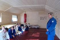 Ke kvalitním výkonům patří i kvalitní zázemí. Mladí judisté si jej zřídili ve Skalici. Na snímku je trenérka Pavla Pröllová (vpravo) se svými svěřenci.