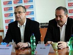 Ministr financí Miroslav Kalousek s poslancem a starostou Čeladné Pavolem Lukšou.