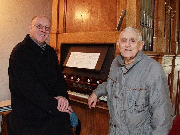 U varhan v hodoňovické kapli se sešli varhanář Zdeněk Hromádka a varhaník Adolf Kolčář z Hodoňovic (vpravo).