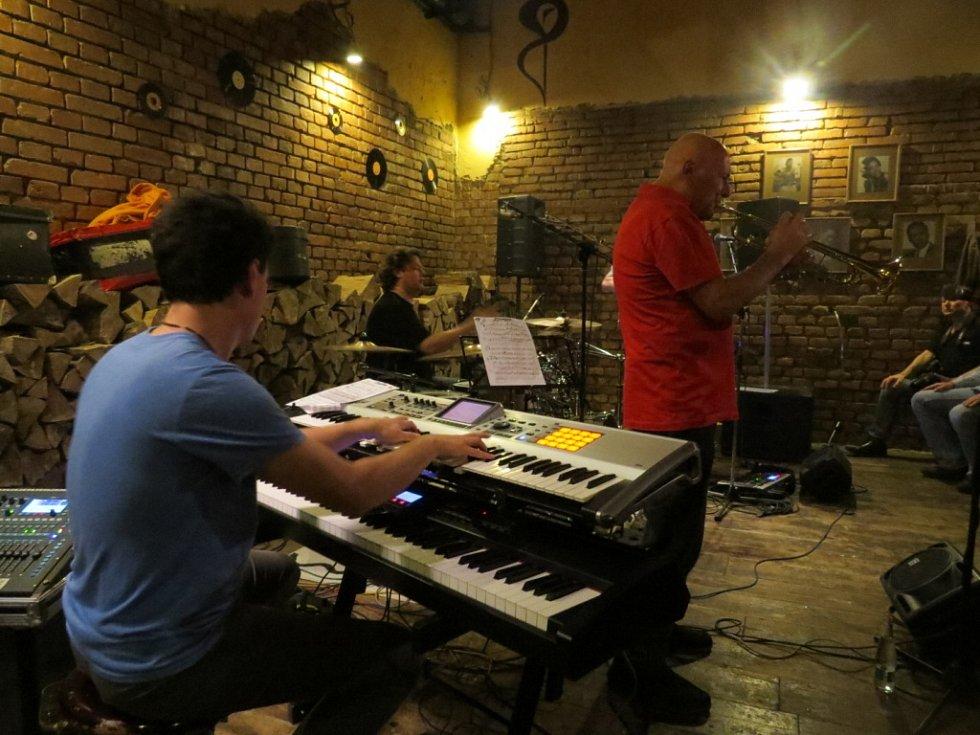 Klub Stolárna navštívil ve středu 6. května se svou formací Laco Deczi. Mimořádní hudebníci měli opět velký úspěch.