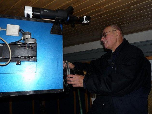 Astronom Vladimír Knybel s novým slunečním dalekohledem.