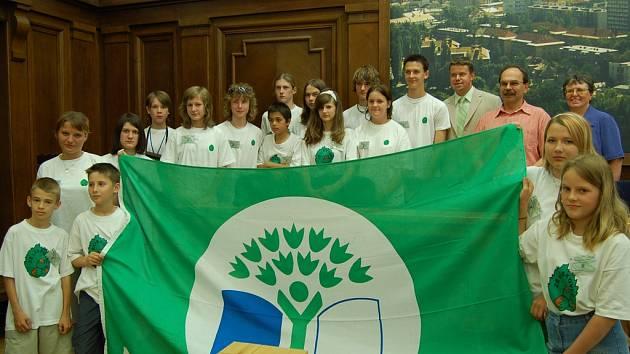 Školáci z Lískovce na frýdecko-místeckém magistrátu převzali certifikát a vlajku Ekoškoly.