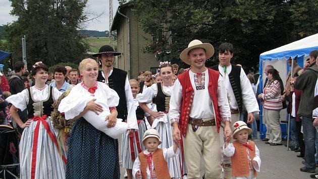 V Návsí se letos uskutečnily slavnostní dožínky na ukončení letošní sklizně, na kterých nechyběl ani slavnostní průvod. V jeho čele kráčel ředitel zemědělské firmy Netis Robert Cieślar se svou rodinou.
