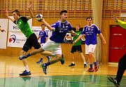 V derby se z výhry radovali házenkáři Frýdku-Místku (v modrém). Ti Karvinou porazili rozdílem šesti branek.