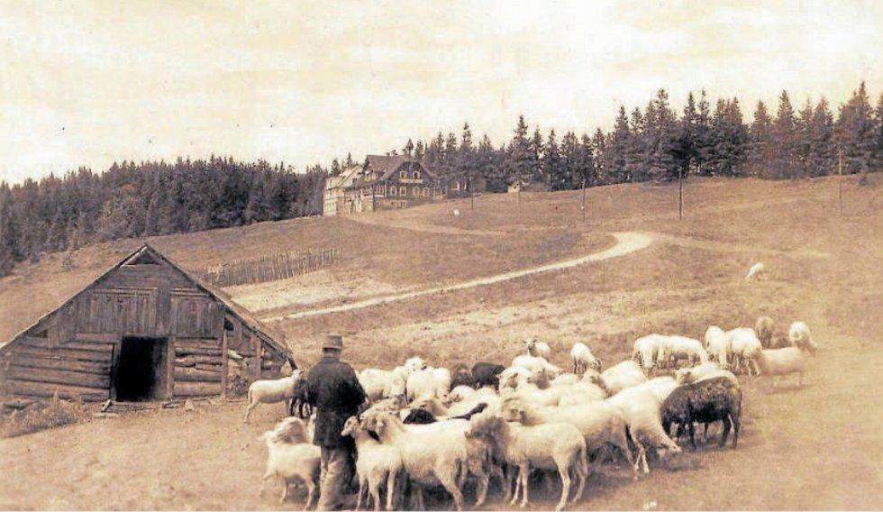 SALAŠ na Velkém Polomu, v pozadí turistická chata postavená v letech 1923–1924 podle návrhu ostravských architektů Františka Koláře a Jana Rubého se zděnou ubytovnou, která byla zbudována o pět let později.