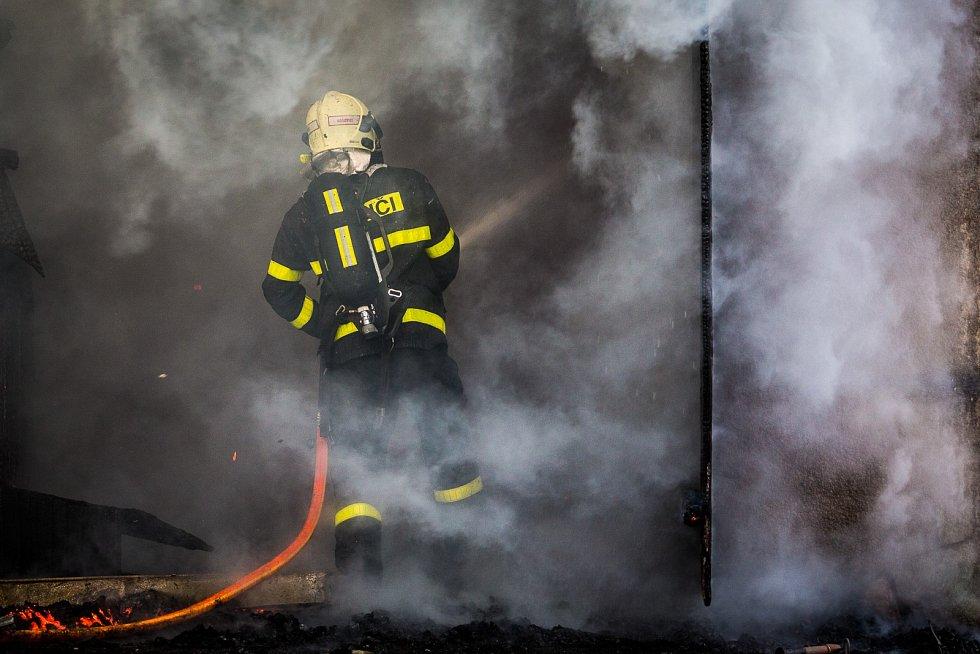 Požár stodoly v Nižních Lhotách.