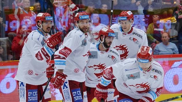 Tomáš Marcinko (druhý zleva) si připsal hattrick a celkem čtyři kanadské body.