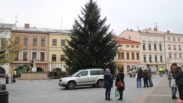 Instalace vánoční stromu na náměstí Svobody, 26. listopadu 2018.