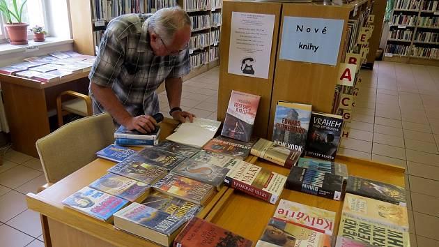 O tištěnou knihu je stále zájem, což potvrzují i v obecních knihovnách. Ilustrační snímek.