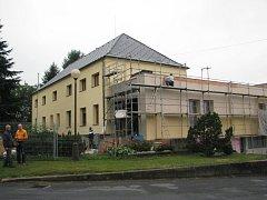 V Sedlištích probíhá rekonstrukce kulturního domu v centru obce.