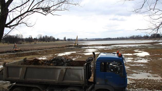 Těžba nánosů ze dna přehrady Olešná.