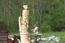 Nýdecký řezbář Jan Vitásek ve středu dokončoval obří sochu sv. Floriána. Vytvořil ji pro hasiče v polském městečku Kamieńsk. Socha patrona hasičů, která měří tři a půl metru.