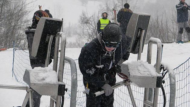 Přes nevlídné počasí lyžaři v sobotu vyrazili do areálu v Řece.