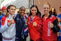 Třinecká thajboxerka Karolína Klusová (třetí zleva) skončila na světovém šampionátu v thajském Bangkoku na krásném třetím místě.